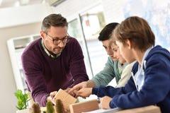 Δάσκαλος σχολείου με τους μαθητές στην κατηγορία επιστήμης Στοκ φωτογραφία με δικαίωμα ελεύθερης χρήσης