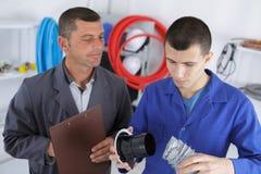 Δάσκαλος υδραυλικών που εποπτεύει το σπουδαστή Στοκ φωτογραφία με δικαίωμα ελεύθερης χρήσης