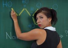Δάσκαλος χημείας στον πίνακα Στοκ φωτογραφίες με δικαίωμα ελεύθερης χρήσης