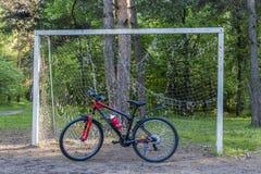 Δάσος αθλητικών ποδηλάτων την άνοιξη κοντά στην πύλη ποδοσφαίρου Στοκ φωτογραφία με δικαίωμα ελεύθερης χρήσης
