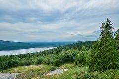 Δάσος και βουνά Στοκ φωτογραφία με δικαίωμα ελεύθερης χρήσης