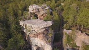 Δάσος και βράχοι κατά τοπ άποψη κηφήνων φθινοπώρου την εναέρια Εναέρια άποψη σχετικά με τους βράχους, σχηματισμός βράχου με το δα φιλμ μικρού μήκους