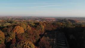 Δάσος φθινοπώρου γύρω από το παλαιό στρατιωτικό οχυρό απόθεμα βίντεο