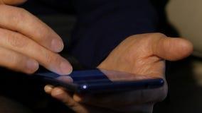 Δάχτυλα γυναίκας σε μια οθόνη επαφής του smartphone κορίτσι που κοιτάζει βιαστικά Διαδίκτυο για on-line να ψωνίσει 4K φιλμ μικρού μήκους