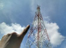 Δάχτυλα που δείχνουν τον πύργο τηλεπικοινωνιών Στοκ εικόνα με δικαίωμα ελεύθερης χρήσης