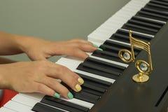 Δάχτυλα που παίζουν τα ηλεκτρονικά πληκτρολόγια πιάνων στοκ εικόνες με δικαίωμα ελεύθερης χρήσης
