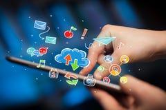 Δάχτυλα σχετικά με την ταμπλέτα με τα κοινωνικά εικονίδια Στοκ φωτογραφίες με δικαίωμα ελεύθερης χρήσης