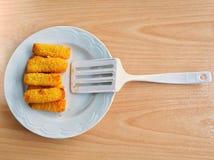 Δάχτυλα ψαριών και άσπρο βατραχοπέδιλο στο άσπρο πιάτο Στοκ Εικόνες