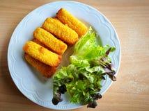 Δάχτυλα ψαριών και hydroponics λαχανικά στο άσπρο πιάτο Στοκ φωτογραφία με δικαίωμα ελεύθερης χρήσης