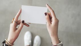 Δάχτυλο γυναικών και το δύο χέρι που κρατά την άσπρη κάρτα στοκ εικόνες με δικαίωμα ελεύθερης χρήσης