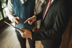 Δάχτυλο κοιτάγματος και σημείου επιχειρηματιών δύο στη λεπτομέρεια στο σημειωματάριο, συναντιούνται και μιλούν για το επιχειρηματ Στοκ φωτογραφία με δικαίωμα ελεύθερης χρήσης