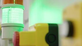 Δάχτυλο που αρχίζει τον πράσινο ελαφρύ συναγερμό προειδοποίησης από το άσπρο κουμπί απόθεμα βίντεο