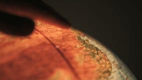 Δάχτυλο που δείχνει στη γήινη σφαίρα απόθεμα βίντεο