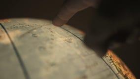 Δάχτυλο που δείχνει στη γήινη σφαίρα φιλμ μικρού μήκους