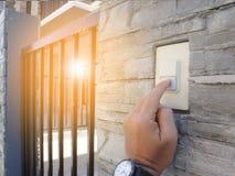 Δάχτυλο που πιέζει Doorbell στοκ εικόνα