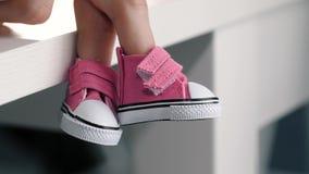 Δάχτυλο χεριών που φορά στο παπούτσι φιλμ μικρού μήκους