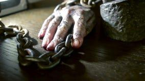 Δάχτυλα γυναικών με τα βρώμικα νύχια και το μμένο δέρμα χέρι που αλυσοδένει θηλυκό φιλμ μικρού μήκους