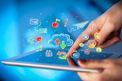 Δάχτυλα σχετικά με την ταμπλέτα με τα κοινωνικά εικονίδια Στοκ εικόνα με δικαίωμα ελεύθερης χρήσης