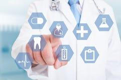Δάχτυλο γιατρών που χρησιμοποιεί μια διεπαφή οθόνης αφής με τα ιατρικά εικονίδια Στοκ φωτογραφίες με δικαίωμα ελεύθερης χρήσης