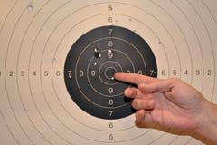 Δάχτυλο που δείχνει bullseye Στοκ εικόνες με δικαίωμα ελεύθερης χρήσης