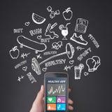 Δάχτυλο που πιέζει ένα smartphone, υγιής εφαρμογή στοκ φωτογραφίες με δικαίωμα ελεύθερης χρήσης