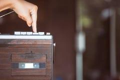 Δάχτυλο που πιέζει το κατώτατο σημείο παιχνιδιού στο αναδρομικό ραδιο στερεοφωνικό συγκρότημα κασετών στοκ εικόνες