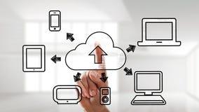 Δάχτυλο που χρησιμοποιεί μια διεπαφή οθονών επαφής για τις διαδικασίες υπολογισμού σύννεφων Στοκ Εικόνες