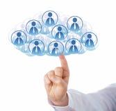 Δάχτυλο σχετικά με το σύννεφο πολλών εικονιδίων εργαζομένων γραφείων Στοκ φωτογραφία με δικαίωμα ελεύθερης χρήσης