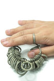 Δάχτυλο Jeweler χεριών wiith που ταξινομεί τα εργαλεία που απομονώνονται Στοκ φωτογραφία με δικαίωμα ελεύθερης χρήσης
