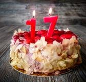 Δέκατο έβδομο κέικ γενεθλίων με τις φράουλες Στοκ εικόνα με δικαίωμα ελεύθερης χρήσης