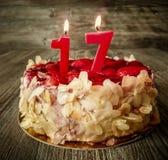 Δέκατο έβδομο κέικ γενεθλίων με τις φράουλες Στοκ Εικόνες