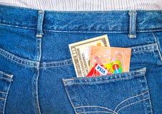 Δέκα αμερικανικά δολάρια, δέκα ευρο- σημειώσεις και πιστωτικές κάρτες που κολλούν το ο Στοκ Εικόνες