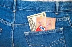 Δέκα αμερικανικά δολάρια, δέκα ευρο- σημειώσεις και πιστωτικές κάρτες που κολλούν το ο Στοκ φωτογραφία με δικαίωμα ελεύθερης χρήσης