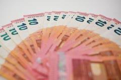 Δέκα ευρο- τραπεζογραμμάτια που αερίζονται έξω σε ένα άσπρο γραφείο, πλάγια άποψη γωνίας με το ρηχό βάθος του τομέα στοκ εικόνες