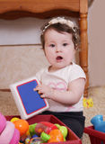 Δέκα μήνες παιχνιδιού κοριτσάκι με το βιβλίο Στοκ Εικόνα