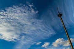 Δέκτης αστραπής ενάντια σε έναν όμορφο ουρανό βραδιού Στοκ Εικόνες