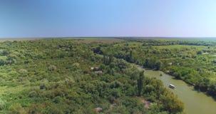 Δέλτα Δούναβη - εναέρια άποψη του στενού καναλιού του ποταμού Δούναβη κοντά στην πόλη Vilkovo, Ουκρανία φιλμ μικρού μήκους
