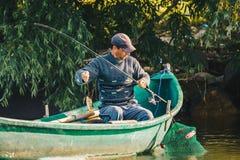 Δέλτα Δούναβη, Ρουμανία, το Μάιο του 2018: Ψαράς που αλιεύει στη βάρκα του ι στοκ εικόνα με δικαίωμα ελεύθερης χρήσης