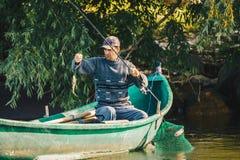 Δέλτα Δούναβη, Ρουμανία, το Μάιο του 2018: Ψαράς που αλιεύει στη βάρκα του ι στοκ εικόνες