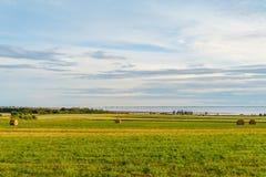 Δέματα σανού σε ένα αγρόκτημα κατά μήκος του ωκεανού με τη συνομοσπονδία Bridg στοκ φωτογραφίες με δικαίωμα ελεύθερης χρήσης