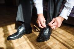 Δένοντας δαντέλλες παπουτσιών επιχειρησιακών ατόμων στο πάτωμα στοκ εικόνες με δικαίωμα ελεύθερης χρήσης