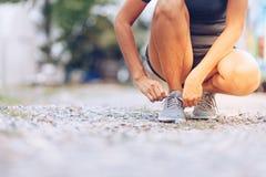 δένοντας κορδόνια δρομέων γυναικών Αθλητικός τρόπος ζωής Στοκ φωτογραφίες με δικαίωμα ελεύθερης χρήσης