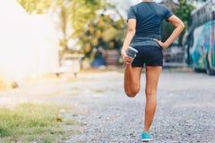 δένοντας κορδόνια δρομέων γυναικών Αθλητικός τρόπος ζωής Στοκ εικόνες με δικαίωμα ελεύθερης χρήσης