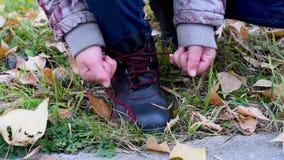 Δένοντας κορδόνια με τα χέρια παιδιών ` s υπαίθρια το φθινόπωρο απόθεμα βίντεο