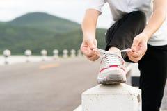 Δένοντας κορδόνι γυναικών δικοί του πρίν αρχίζει το τρέξιμο Στοκ Φωτογραφία