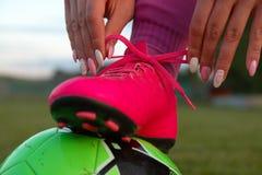 Δένοντας κορδόνι ποδοσφαιριστών γυναικών στοκ φωτογραφία