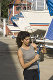 Δένοντας ξάρτια γυναικών Sailboat - κατακόρυφος Στοκ Εικόνα