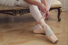 Δένοντας παπούτσια μπαλέτου χορευτών μπαλέτου Κινηματογράφηση σε πρώτο πλάνο Στοκ Φωτογραφίες