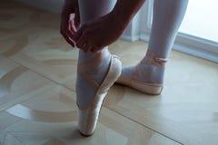 Δένοντας παπούτσια μπαλέτου χορευτών μπαλέτου Κινηματογράφηση σε πρώτο πλάνο Στοκ εικόνα με δικαίωμα ελεύθερης χρήσης