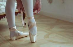 Δένοντας παπούτσια μπαλέτου χορευτών μπαλέτου Κινηματογράφηση σε πρώτο πλάνο Στοκ Εικόνες